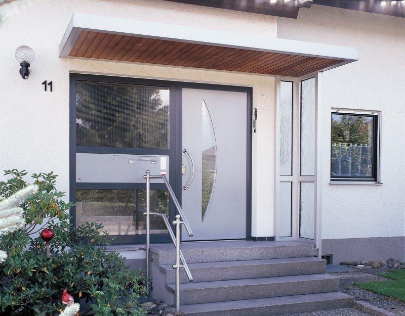 Biffar Aluminium Haustür AXBF Mit Seitenteil Und Briefkastenanlage,  Aluminium Vordach FAA Mit Holz Unterbretterung